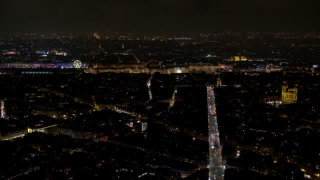 Vista-panorámica-nocturna-de-París-con-el-Louvre-al-fondo-lejos