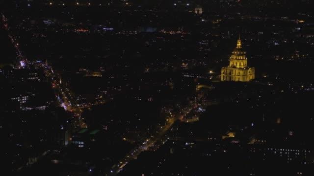 Vista-nocturna-de-la-ciudad-de-París-iluminada-con-Les-Invalides-es-encendida-del-edificio