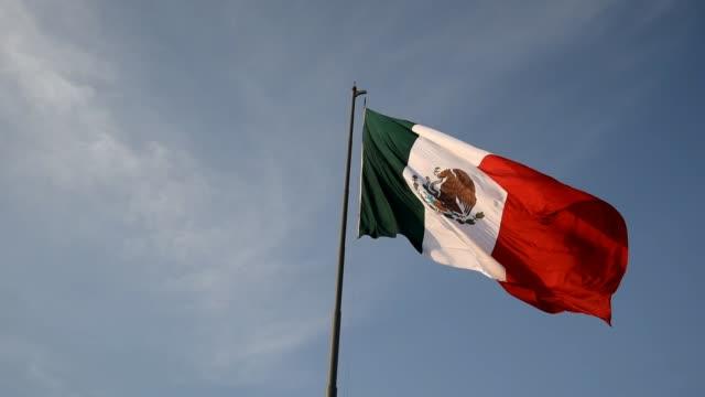 Bandera-mexicana-en-el-viento