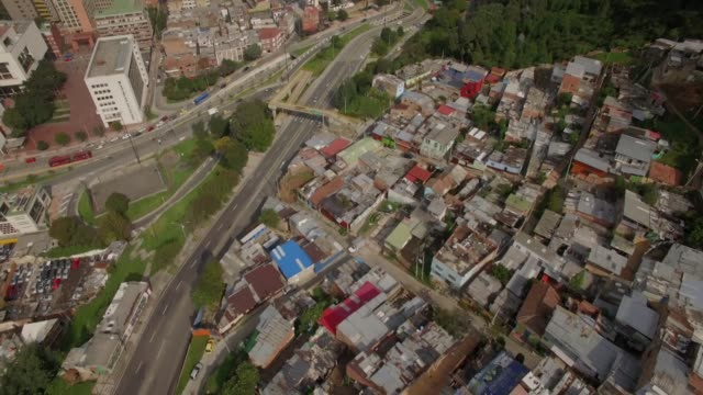 Luftneigung-von-der-Barackenstadt-zu-Bürogebäuden-in-der-Innenstadt-von-Bogota-Kolumbien