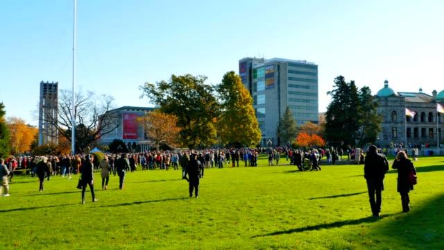 Multitud-de-personas-en-movimiento-hacia-Cenotaph-en-día-del-recuerdo