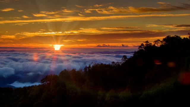 Inclinación-de-categoría-a-una-de-las-Montañas-Great-Smoky-puesta-de-sol-con-rayos-de-sol-y-había