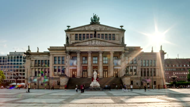 Konzerthaus-Berlin-con-el-sol-en-dirección-hacia-abajo