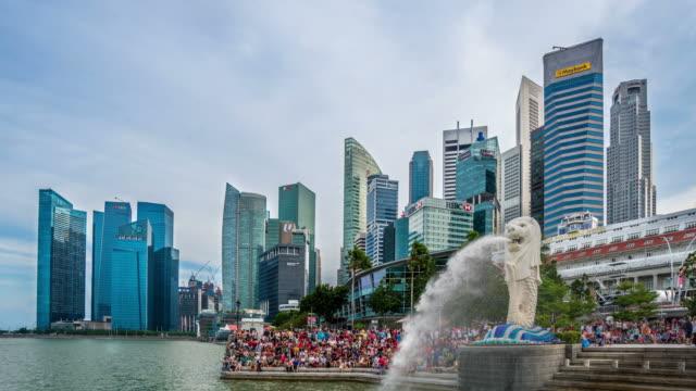 The-Merlion-fountain-&-Singapore-skyline