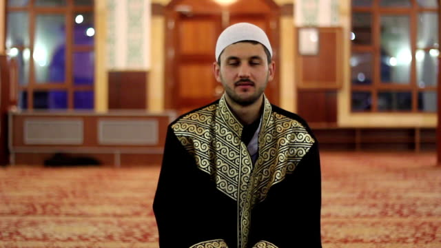 Musulmana-reverend-está-sentado-y-mirando-a-la-cámara