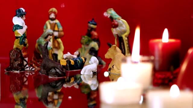 Pesebre-de-Navidad-con-velas-en-rojo
