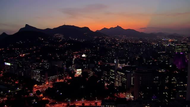 Volar-por-encima-de-Río-de-Janeiro-en-la-noche-con-los-famosos-acueducto-Carioca-Brasil