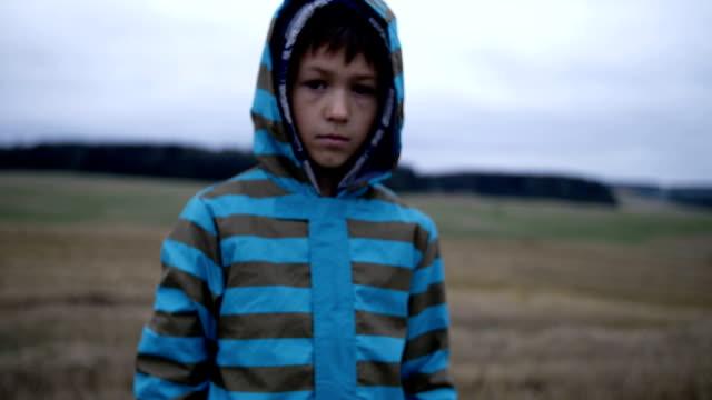 niño-refugiado-mira-con-compasión-a-la-cámara-niño-sin-hogar-dolor-en-la-cara