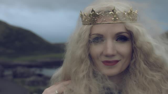 4-k-Fantasy-Schuss-einer-Königin-Gesicht-lächelnd-in-die-Kamera-Giant-es-Causeway-Lage