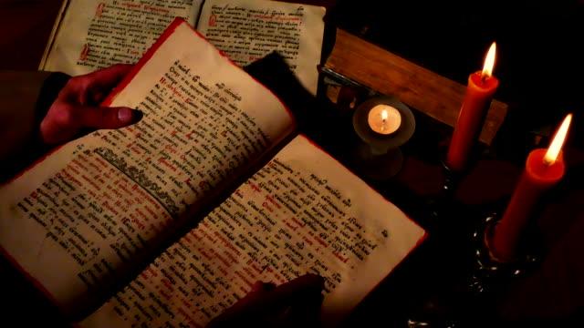 Hojear-libro-religioso-antiguo