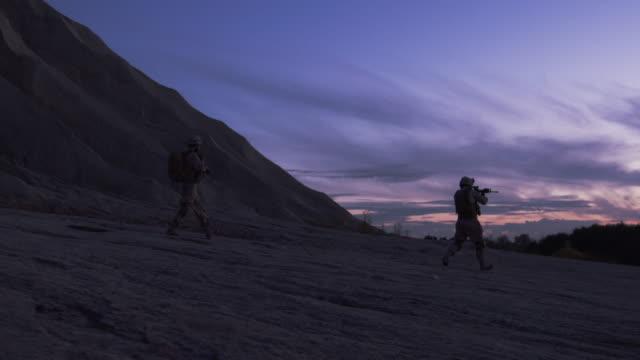 Grupo-de-soldados-armados-durante-la-operación-de-la-noche-en-medio-del-desierto-Cámara-lenta-