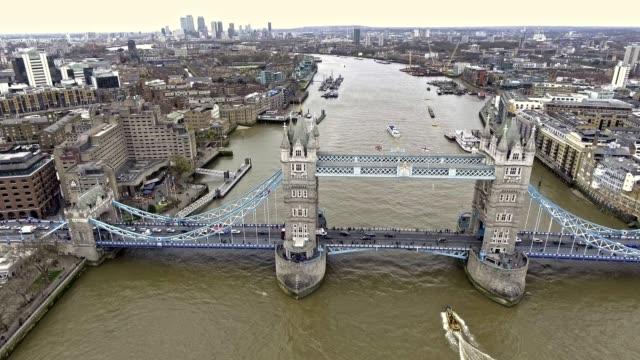 Vuelo-sobre-Tower-Bridge-y-el-Támesis-en-Londres-4K