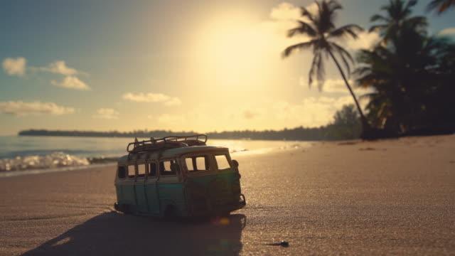Hermosa-isla-tropical-playa-amanecer-y-coche-miniatura-video