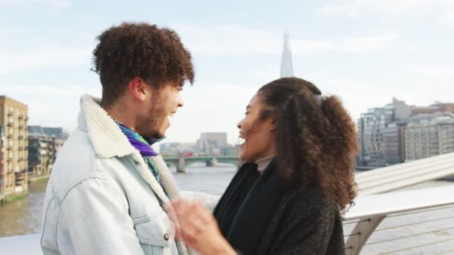 Junge-Touristen-paar-Besuch-in-London-im-Winter