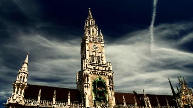 Lapso-de-tiempo-hiper-pasando-plaza-Marienplatz-con-el-Ayuntamiento-de-Munich-Rathaus-histórico-de-la-ciudad-en-día-nublado-Alemania-Baviera-timelapse-hyperlapse-viajes-wanderlust-de-Europa