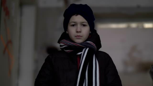 muchacho-triste-solo-es-en-una-casa-ruinosa-en-invierno