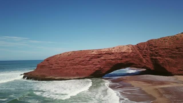 Luftaufnahme-der-Legzira-Strand-mit-gewölbten-Felsen