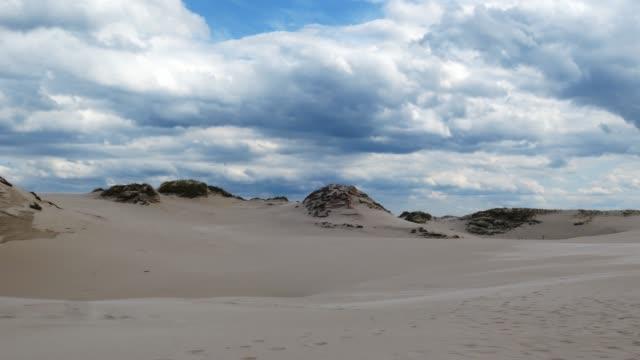 Timelapse-de-desierto-arenoso-y-nubes-oscuras-de-tormenta