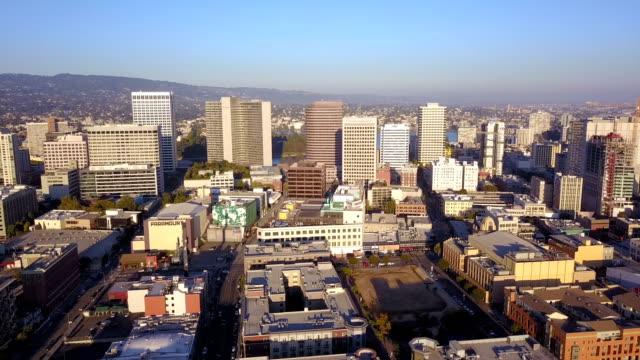 Vista-aérea-occidental-busca-en-el-horizonte-de-la-ciudad-de-centro-de-la-ciudad-de-Oakland-Califonia
