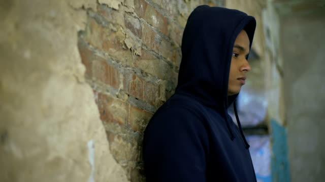 Verärgert-Teenager-im-Haus-zerstört-durch-Krieg-Armut-Depressionen-leiden