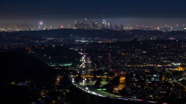 Centro-de-Los-Ángeles-y-la-autopista-4-de-julio-fuegos-artificiales-noche-Timelapse