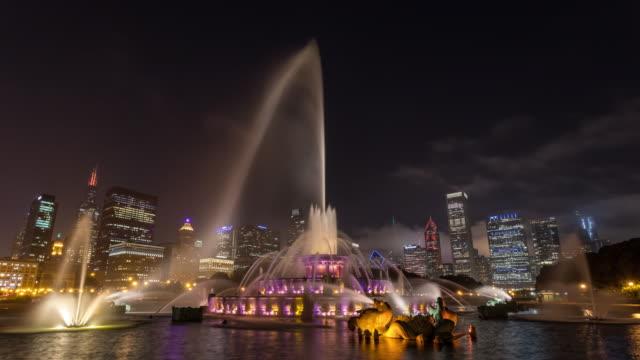 Fuente-de-Buckingham-Chicago-y-horizonte-de-la-ciudad-en-el-lapso-de-tiempo-de-noche