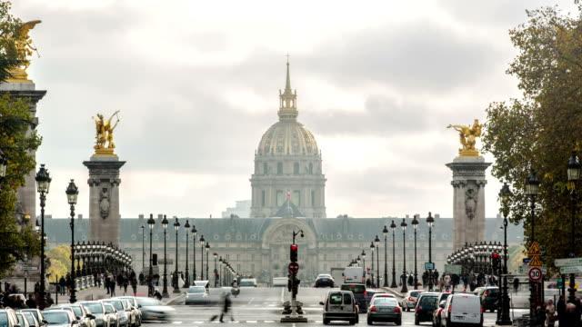 París-Francia---15-de-noviembre-de-2014:-Hotel-de-los-inválidos-y-el-puente-Alexandre-3-en-París-Francia-Time-lapse