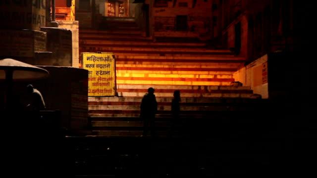 Cámara-lenta-de-pan-por-el-Ghats:-Varanasí-India
