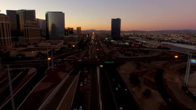 Las-Vegas-Aerial-Stadtansicht-Freeway-Dawn