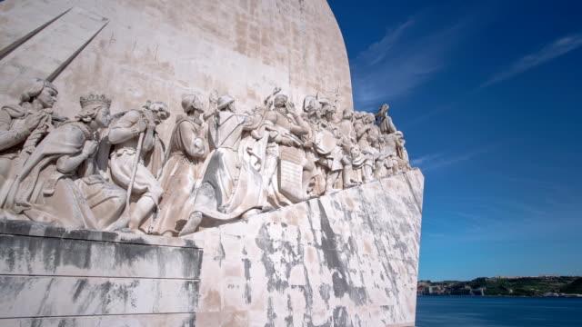 Monumento-a-los-descubrimientos-celebra-los-portugueses-que-participaron-en-la-edad-de-descubrimiento-Lisboa-Portugal-timelapse-hyperlapse