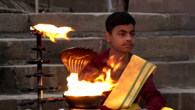 Varanasí-india-joven-monje-y-sagrado-fuego