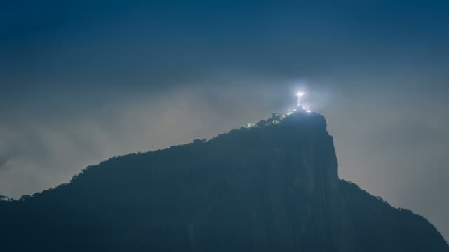 Corcovado-montaña-en-Rio-de-Janeiro-Brasil-por-la-noche-América-Latina-