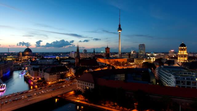 Timelapse-del-horizonte-de-la-ciudad-de-Berlín-con-tráfico-en-Full-HD-1080-p