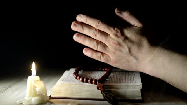 Rezar-manos-sobre-una-devocionario