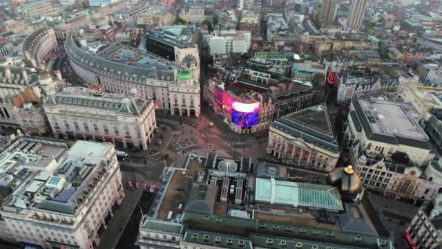 Aéreas-imágenes-de-archivo-orbitando-alrededor-de-Piccadilly-Circus-Londres-4K