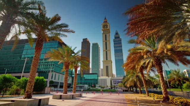 día-soleado-dubai-céntrico-edificios-calle-ve-4-k-tiempo-lapso-Emiratos-Árabes-Unidos