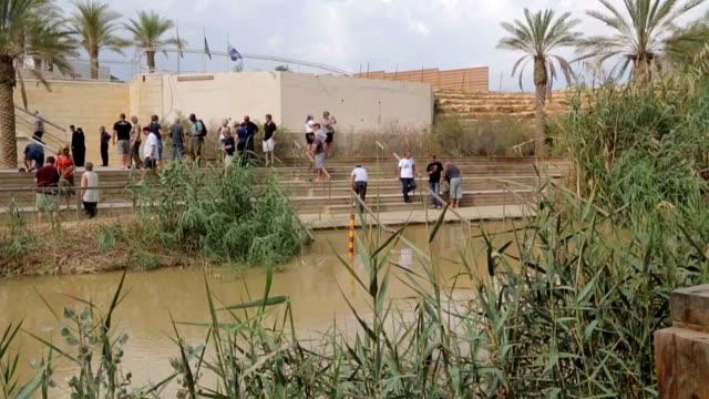 Touristen-in-der-Nähe-von-das-heilige-Wasser-des-Jordans-Fluß-wo-Jesus-von-Nazareth-von-Johannes-dem-Täufer-getauft-wurde-Die-Grenze-zwischen-Israel-und-Jordanien-