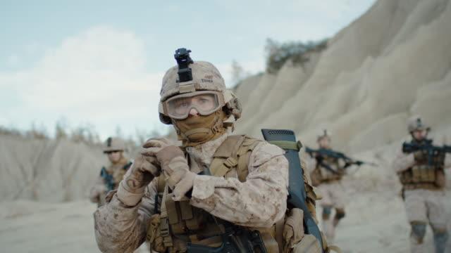 Soldado-lanzando-una-Granade-durante-el-combate-en-el-desierto-Cámara-lenta-