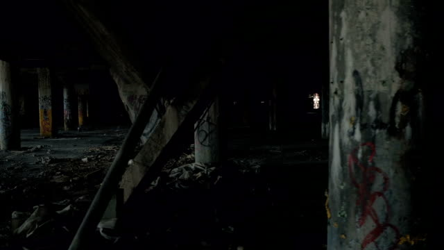 CLOSE-UP:-Einstürzenden-Säulen-in-verlassene-verfallende-Tiefgarage-in-Detroit
