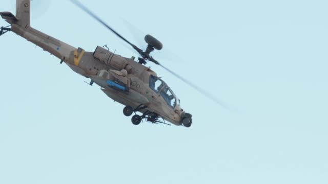 Helicóptero-militar-en-vuelo-de-combate