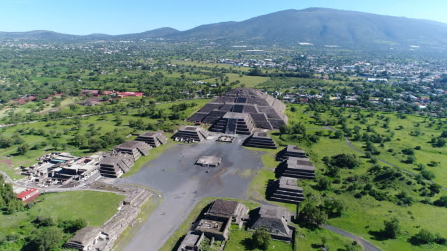 Aerial-view-of-pyramids-in-ancient-mesoamerican-city-of-Teotihuacan-Pyramid-of-the-Moon-Valley-of-Mexico-from-above-Central-America-4k-UHD