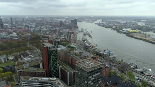 Blick-über-Hamburg-an-einem-bewölkten-Tag-mit-einer-Drohne