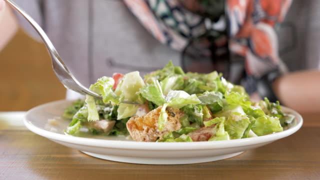 Niña-come-salat-