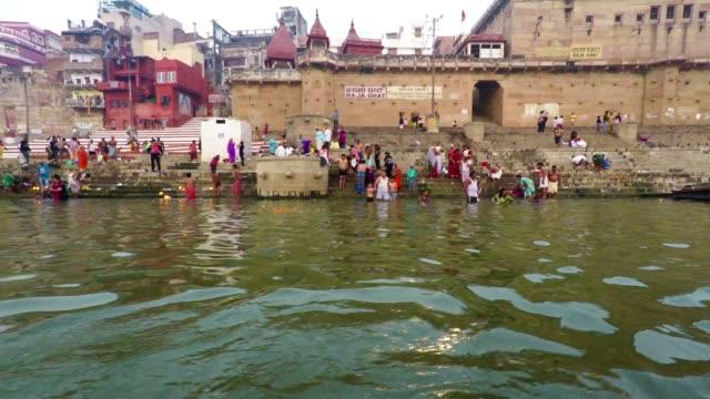 Ghats-de-Varanasi-río-Ganges-y-Festival-de-Diwali-barcos-Uttar-Pradesh-la-India-en-tiempo-Real