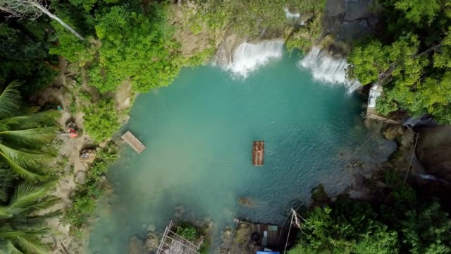 Drone-tiro-vista-aérea-de-bambú-joven-rafting-en-cascada-tropical-Resolución-de-4K-video-filmada-en-las-Filipinas-Gente-de-viaje-diversión-vacaciones-aventura-concepto