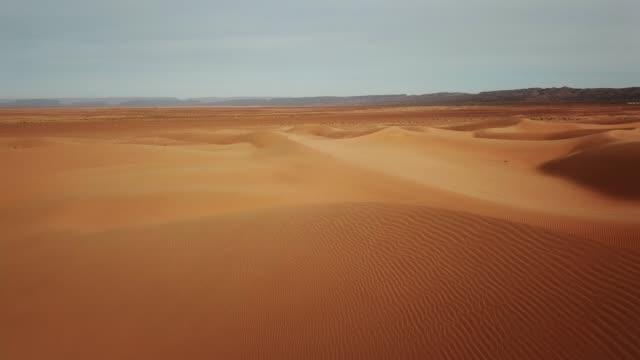 Vista-aérea-de-las-dunas-de-arena-en-el-desierto-del-Sahara-África