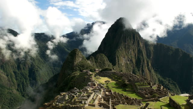 zoom-lento-en-machu-Picchu-en-una-mañana-brumosa