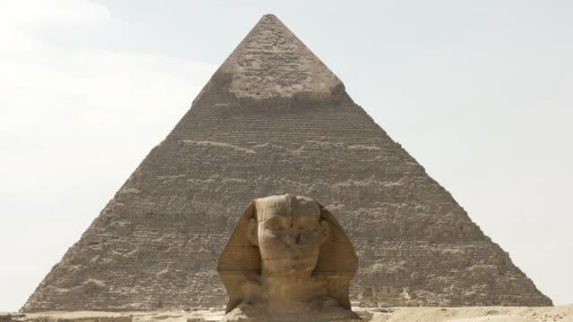Nahaufnahme-von-der-Sphinx-mit-der-Pyramide-des-Chephren-im-Hintergrund-von-Gizeh
