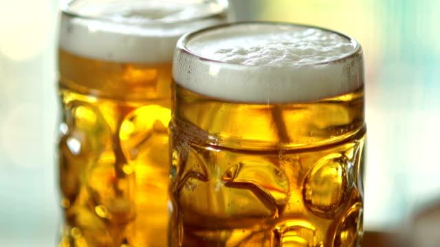 Zwei-volle-Gläser-Bier-vom-Fass-Nahaufnahme-sichtbare-Schaum-und-Luftblasen-im-Glas-Glas-Gläser-beschlagen