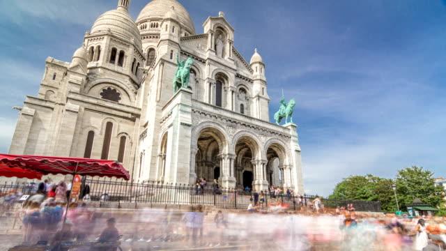 Turistas-cerca-de-la-Basílica-de-la-Coeur-de-la-Sacra-iglesia-timelapse-hyperlapse